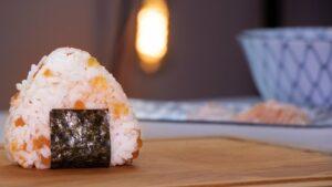 RECETTE-JAPONAISE-onigiri-aux-2-saumons